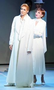 「不滅の棘」の劇中場面から。主人公エロール(愛月ひかる、左)とヒロインのフリーダ(遥羽らら)
