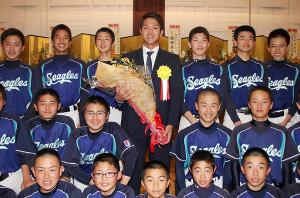 祝賀会で相模の現役部員に囲まれ笑顔を見せる田中俊太