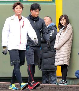 横山(左)ら阪神ナインの自主トレを見つめる山本彩