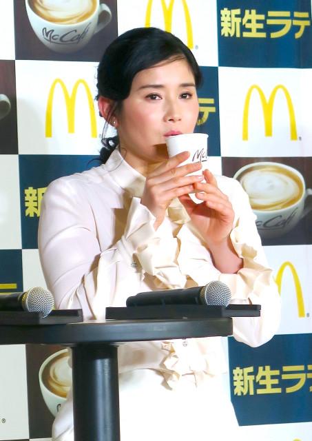 「新生ラテ」発表会に出席した石田ひかり