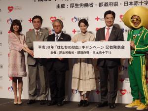 献血啓発イベントに出席する小林麻耶(左端)と広瀬すず(中央)