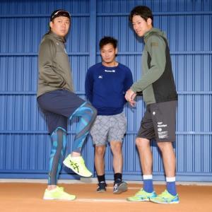 キャンプ地の沖縄・北谷公園や球場に新設された常設ブルペンの感触を確かめる(左から)大野雄、小熊、伊藤準