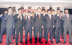 金沢の新体制発表に参加した(前列左から)藤村、梅鉢、清原、西川GM、和田強化部長、マラニョン、アラン(後列左から)谷口、島津、毛利、加藤、山本、下野トレーナー、前田トレーナー