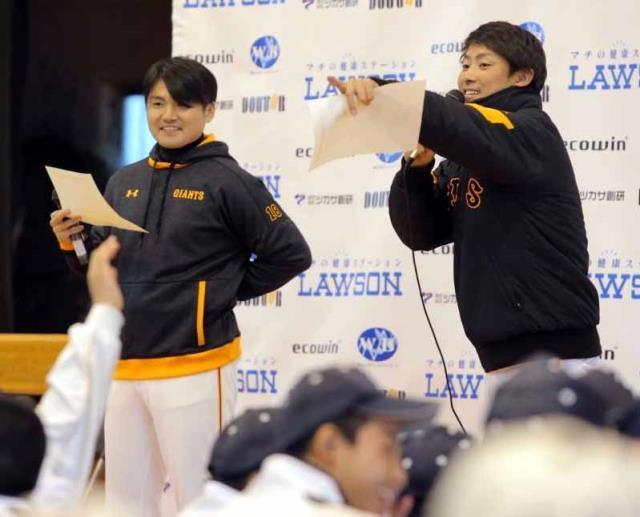 クイズ大会で、回答者を指名する藤村大介さん(右)と杉内