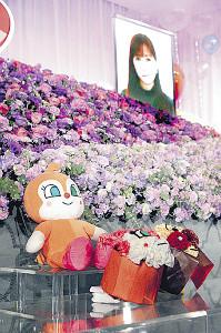 急死した鶴ひろみさんの祭壇にはぬいぐるみや特製の花束も