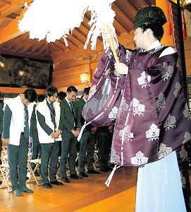 おはらいを受ける本田(左から2人目、カメラ・海老田悦秀)