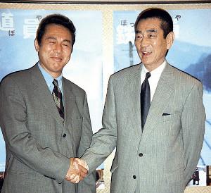 「鉄道員(ぽっぽや)」で共演した頃の高倉さん(右)と小林