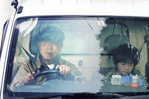 「星めぐりの町」での小林。高倉健さんから贈られたジャンパーを着ているシーン