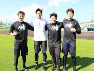 お揃いのデザインのTシャツを披露する(左から)緒方、能見、梅野、岩貞(カメラ・長尾 隆広)