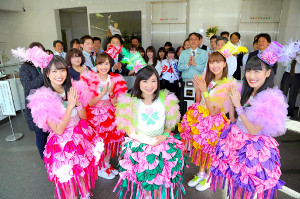 「ももいろクローバーZ」からの卒業を発表した有安杏果(中央)を送り出すメンバー(左から)佐々木彩夏、百田夏菜子、一人おいて玉井詩織、高城れに