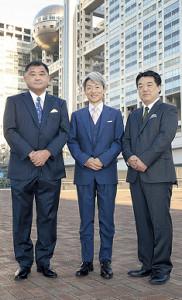 共演する反町理氏(左)、松山俊行氏(右)とフジテレビ社屋の前に立った登坂淳一アナ