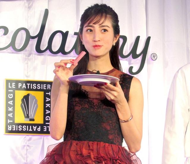 美味しそうにキットカットをほおばる堀田茜