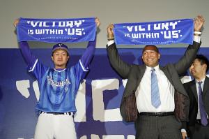 新スローガンを発表した大和(左)とラミレス監督(右)