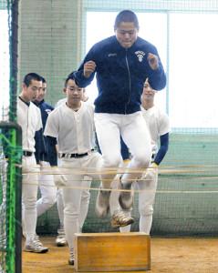 室内練習場でゴム跳びをする富山商の選手たち