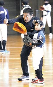 野球教室で子どもに指導する上原(カメラ・山口 泰史)