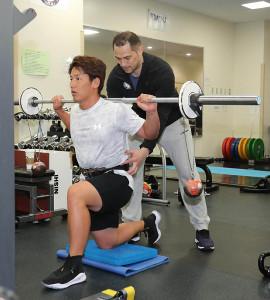室伏広治に師事を受け、強靱な体力をつけようと自主トレに励む吉田正尚