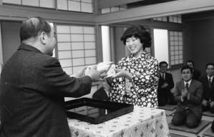 女流名人を3連覇し表彰される蛸島彰子(76年)