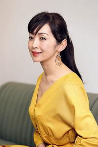 喜びをかみしめる斉藤由貴(カメラ・小泉 洋樹)