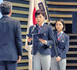 結団式で決意表明する主将の小平(右は旗手代行・高梨=カメラ・酒井 悠一)