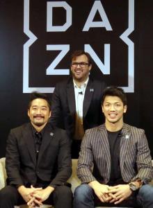 DAZNの事業戦略説明会でトークセッションを行った村田諒太(前列右)、DAZNマーケティング・パートナーシップ・バイスプレジデント大崎貴之氏(同左)、DAZNのラシュトンCEO(後列)