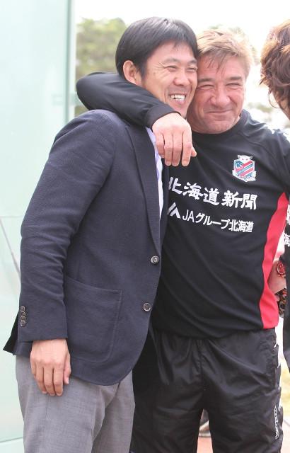 札幌・ペトロヴィッチ監督(右)と笑顔で交流したU―21日本代表・森保監督
