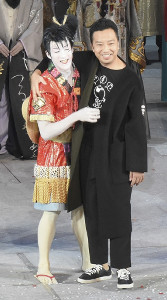 17年11月25日の「ワンピース」カーテンコールで登場した市川猿之助(右)と尾上右近