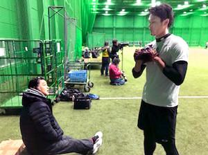 川藤OB会長(左)は藤浪のサイズアップした体に驚く