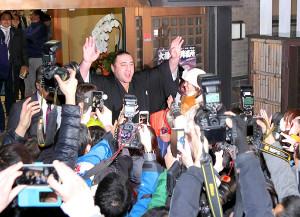 栃ノ心は部屋前の集まったファンの声援に手を振って応えた
