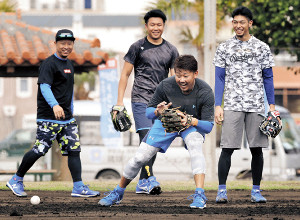 合同自主トレに参加した松坂は(後方左から)谷元、大野雄、又吉と一緒にノックを受ける