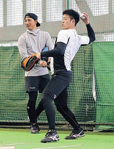 ブルペンで投手陣の球を受けた岸田(右)と小林