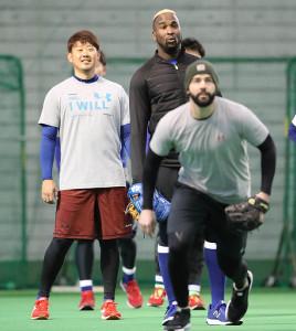 ノックを受ける(左から)松坂、ガルシア、ジー(カメラ・谷口 健二)