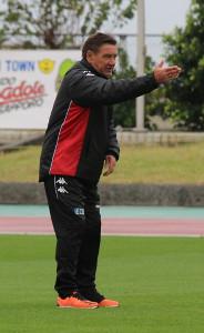練習中に指示を出す札幌のペトロヴィッチ監督