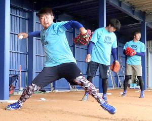 ブルペンで投球練習する松坂(左)(カメラ・谷口 健二)