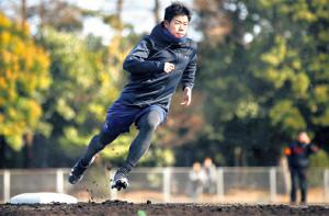 快足を飛ばしベースランニングする松原(カメラ・矢口 亨)