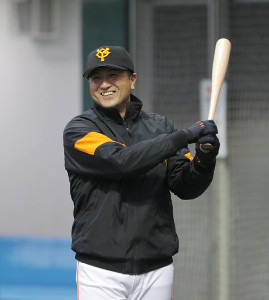 素振りをしながら笑顔でフリー打撃を見守る高橋監督(カメラ・竜田 卓)