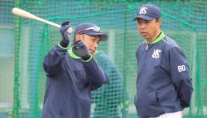 練習中に会話する小川監督(右)と宮本ヘッドコーチ