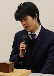 深夜に及ぶ勝負を制して五段昇段を決め、疲れた表情を見せる藤井聡太新五段