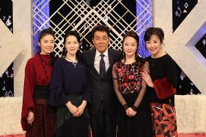 BSフジ「艶歌四人姫!」で共演した(左から)藤あや子、坂本冬美、五木ひろし、香西かおり、伍代夏子