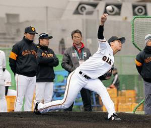 ブルペン入りした畠は、松井臨時コーチ相手に投げ込む(左は高橋監督)