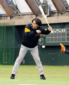 畠の厳しい内角のボールを慌ててよける松井臨時コーチ(カメラ・中島 傑)