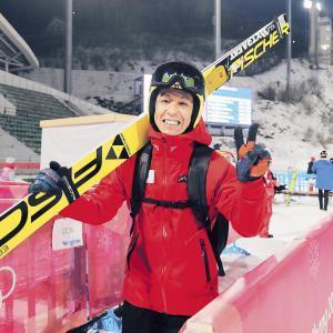 公式練習3回目のジャンプを終え、ピースサインで笑顔を見せる葛西(カメラ・相川 和寛)