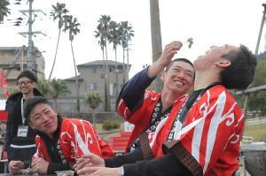 ケムナ(右)に地鶏を食べさせる中村奨(左は山口、カメラ・石田 順平)