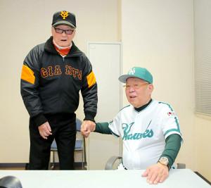 試合前に握手する長嶋総監督(左)と野村総監督