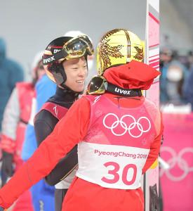 2回目を終え、葛西紀明(右)と言葉を交わす小林陵侑
