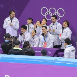 ペアフリーの演技を終えた須崎海羽・木原龍一ペアに拍手を送る宮原知子(中)坂本花織(中左)ら日本チーム