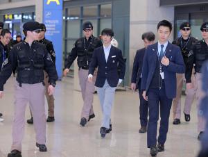 警備員に囲まれながら仁川空港に到着した羽生結弦