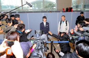 仁川空港に到着し、報道陣の取材を受ける羽生結弦