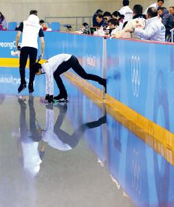 公式練習に姿を見せた羽生結弦は、氷にタッチしてリンクへ入る(カメラ・酒井 悠一)