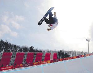 スノーボード男子ハーフパイプ予選、華麗なエアを決める平野歩夢(カメラ・相川 和寛)