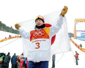 銀メダルを獲得した平野は、日の丸を広げ笑顔を見せた(カメラ・相川 和寛)